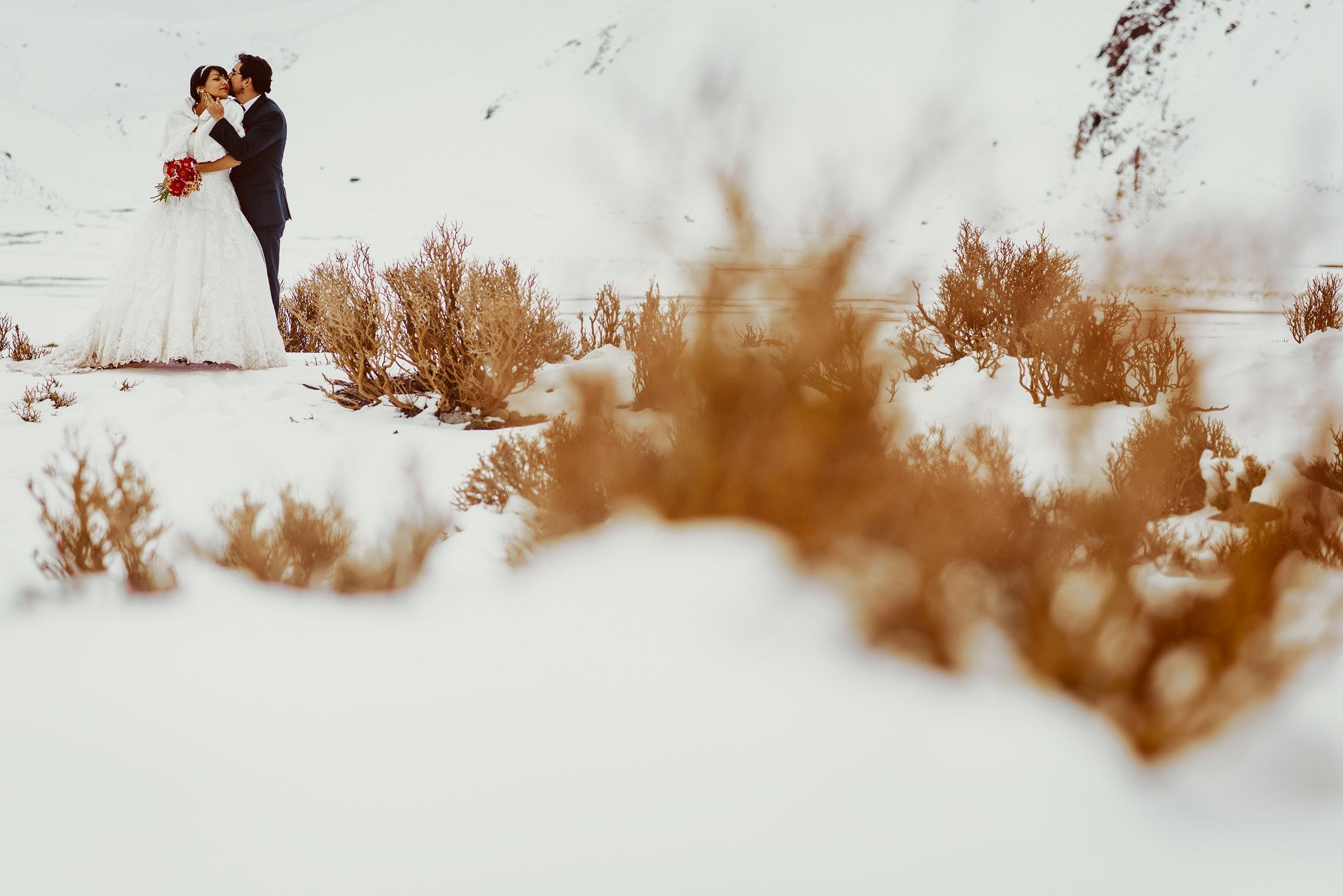 Postboda-trash-the-dress-destination-wedding-photographer-fotografo-matrimonios-fotografia-embalse-del-yeso 03